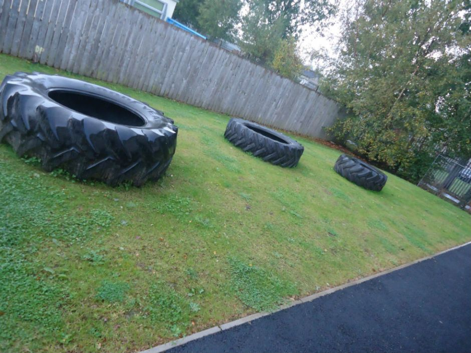 Tháinig na rothaí móra / The big wheels came. We can now start work on designing our outdoor dragon :-)